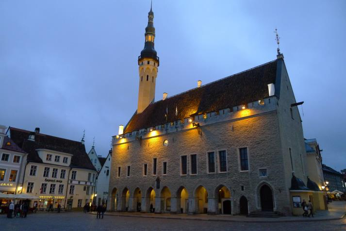 raekoja (town hall) at night